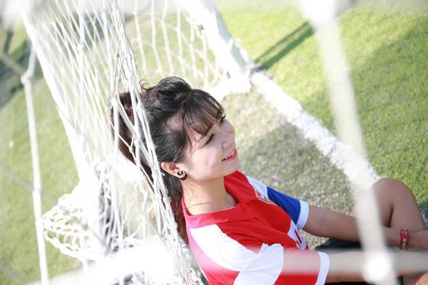 Con trai à, hãy yêu một cô gái mê bóng đá!
