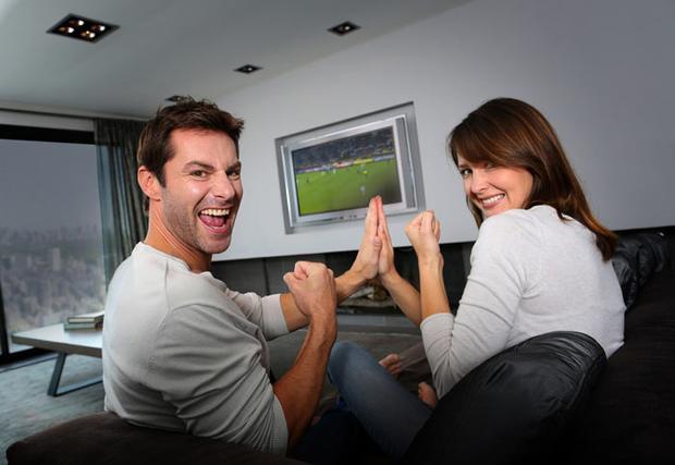 """Sẽ không còn những câu hỏi kiểu như """"Anh chọn em hay bóng đá?"""" nữa bạn nhé!"""