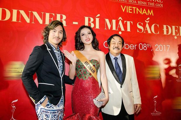 Huyền My vui vẻ chụp ảnh cùng NTK Lý Quí Khánh và ông Trần Quý Thanh. Ngoài ra, Lý Quí Khánh cũng là người thực hiện bộ đầm dạ hội nổi bật cho đại diện Việt Nam tối qua.