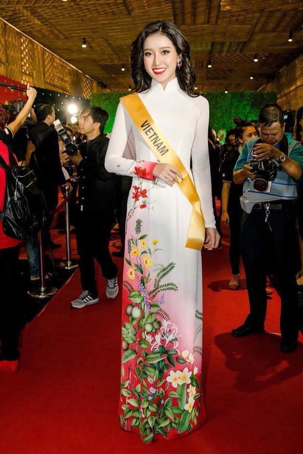 Cũng tại sự kiện, Huyền My còn diện bộ áo dài trắng dịu dàng.