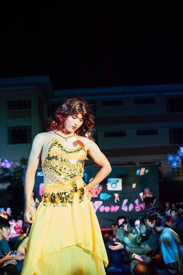 Các nam sinh giả gái cực đỉnh trong đêm hội siêu lầy lội ở ĐH FPT