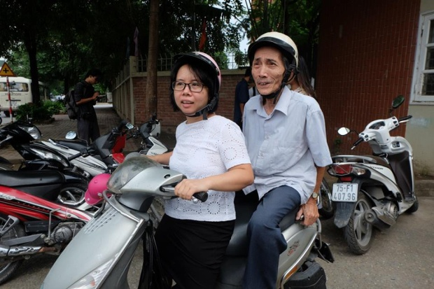 Chị Dương chỏ ông Toại, cùng đến chia buồn với gia đình thầy Cương.