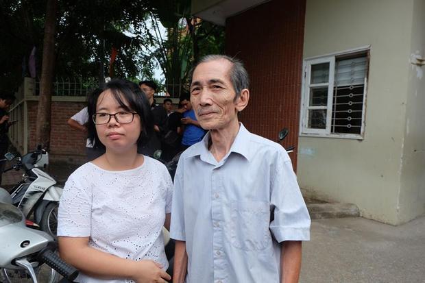 Chị Dương (bên trái) đứng cạnh ông Toại (bên phải).