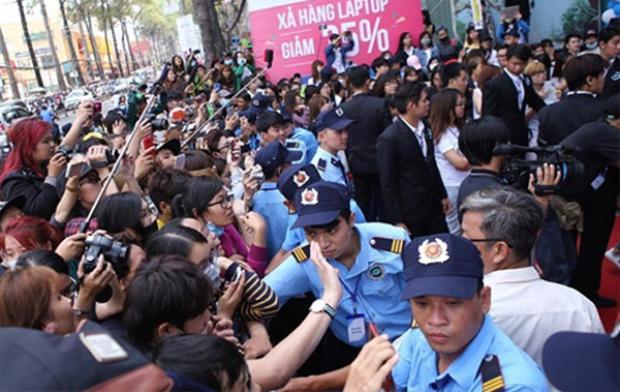 Khung cảnh náo loạn tại sân bay và đường phố khi T-ara về Việt Nam trong những lần trước.