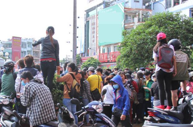Hơn 100 vệ sĩ hộ tống để tránh T-ara bị fan cuồng chen lấn, giật tóc ở Việt Nam