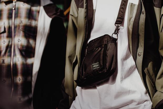 Từ đầu mùa hè, không quá khó để bắt gặp các tín đồ thời trang diện các loại minibag như sideBag, crossbag,… Các mẫu túi này đang dần soán ngôi packback (ba-lô) trong việc mix các phụ kiện với trang phục.