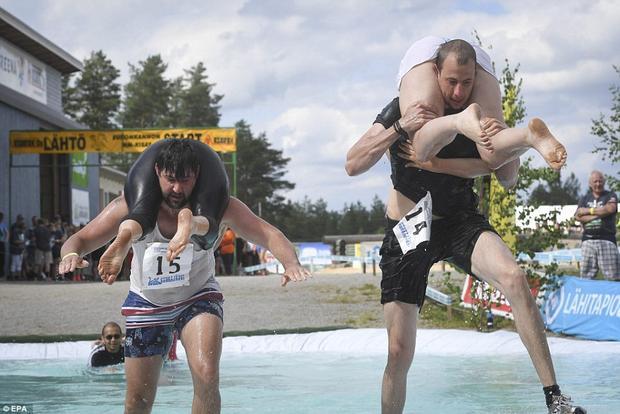 Lễ hội cõng vợ ở Phần Lan: Chơi để khỏe và thắt chặt tình cảm vợ chồng