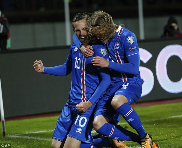 Đồng đội chia vui cùng Gylfi Sigurdsson sau bàn mở tỷ số trước Kosovo.