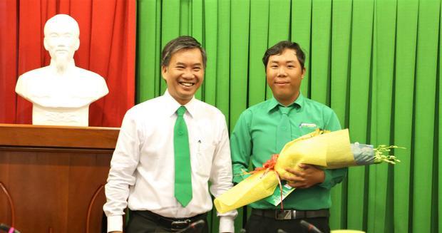 Lãnh đạo Tập đoàn Mai Linh trao thưởng cho nhân viên Đinh Hoàng Tâm.