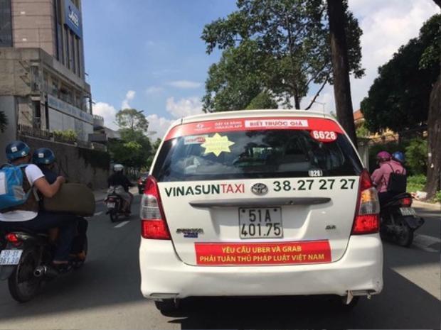 Taxi Vinasun dán băng rôn phản đối Uber, Grab. Ảnh: Công an TP HCM.