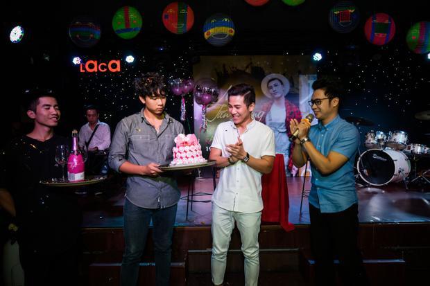 Fan thủ đô cũng bí mật tổ chức sinh nhật cho anh chàng tại sự kiện, khiến Mai Tiến Dũng không giấu được sự xúc động.
