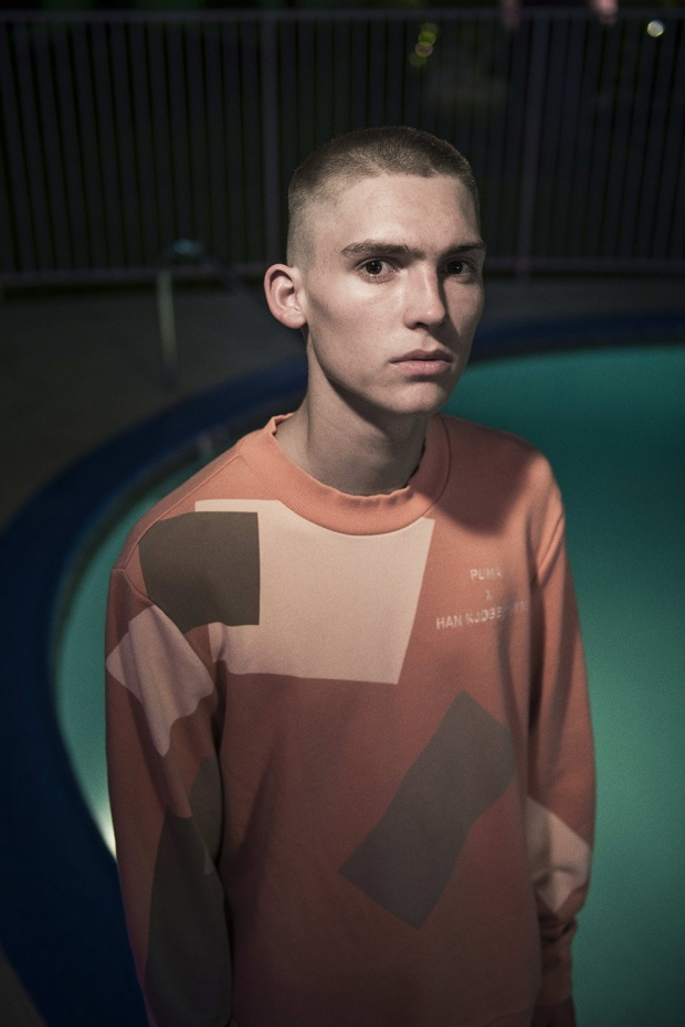 Sweater đơn giản với phối màu mang hướng retro.