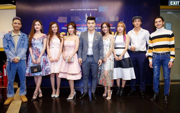 Dàn diễn viên góp mặt trong MV cùng nhau đến dự họp báo.