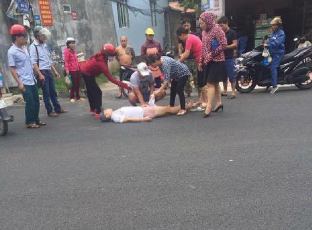 Anh Lộc nằm ra đường sau khi bị viên đạn trúng bắp đùi.
