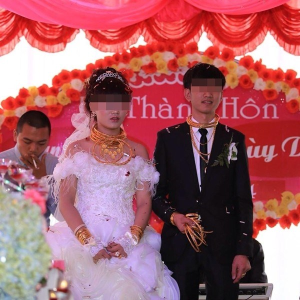 Hình ảnh một đám cưới cô dâu chú rể đeo đầy vàng khiến dân tình choáng váng.