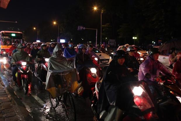 Có những đoạn đường về nhà chỉ tầm 2-3km nhưng nhiều người đi ô tô phải mất hơn 1 tiếng di chuyển.