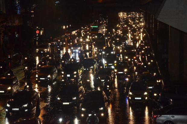 Đến gần 20h tối cùng ngày, nhiều tuyến đường vẫn trong tình trạng ùn ứ do mưa lớn.