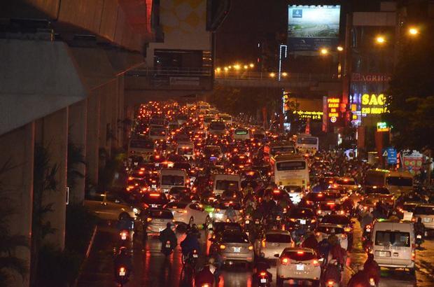 Tại đường Nguyễn Trãi, dòng phương tiện đông nghịt khiến người dân chật vật để về nhà sau khi tan sở.