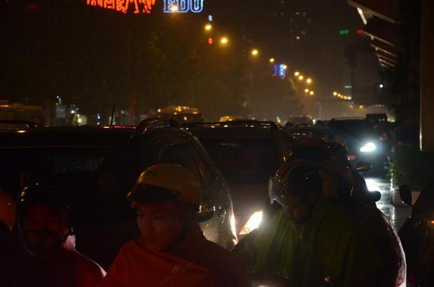 Đến hơn 19h tối, nhiều người vẫn chưa thể về đến nhà.