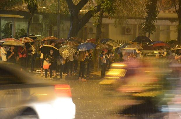 Mưa lớn cộng với tình trạng tắc đường nên nhiều người, đặc biệt là học sinh sinh viên phải chờ đợi xe buýt rất lâu.
