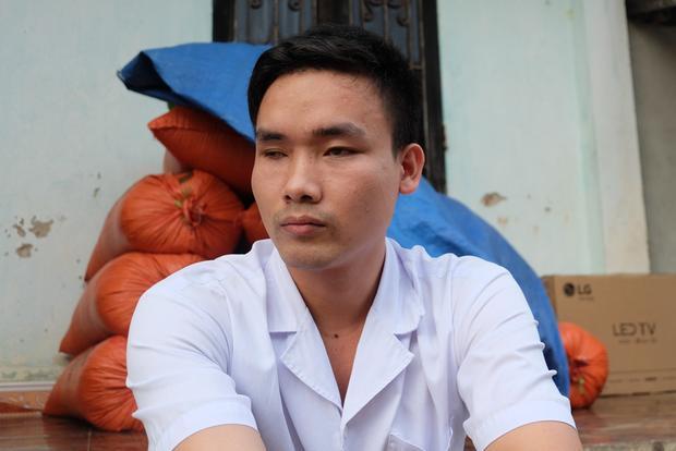 Anh chất bị mù hai mắt trong một lần khai thác đá ở Hòa Bình. Hiện anh đang làm tẩm quất mù, xoa bóp kiếm thêm thu nhập trang trải cuộc sống.