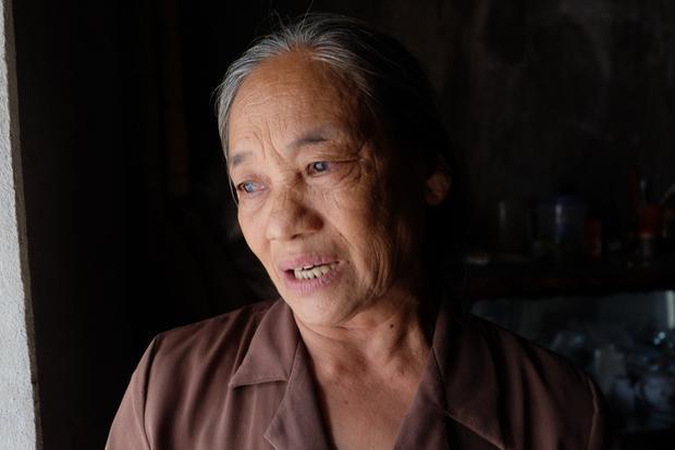 Bà Đóa nghẹn ngào khi kể về hoàn cảnh gia đình, bà cũng đang mang trong mình căn bệnh ung thư phổi.