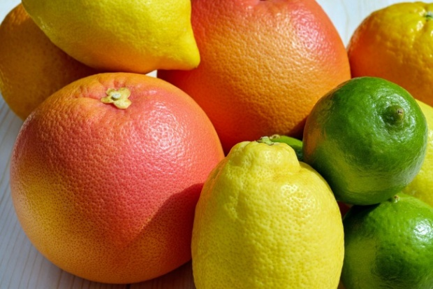 Trái cây họ cam chanh: Những loại quả này cực giàu vitamin C, có khả năng làm giảm insulin và làm cho cơ thể tiêu hóa chất béo nhanh hơn. Bạn có thể chọn ăn một hoặc tất cả những trái cùng họ này như bưởi, cam, quýt, hoặc uống nước chanh.
