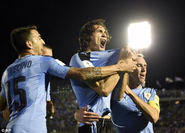 Cavani vui mừng cùng đồng đội khi giúp Uruguay dẫn ngược lại 2-1.