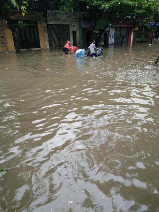 Theo chia sẻ của bạn Hoàng Thu Hương, cô đã mất 250 nghìn đồng để sửa xe máy vì tội cố lội nước trên đường. Hình ảnh nước ngập sâu ở thành phố Nam Định.