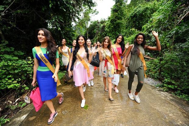 Để chuẩn bị cho chuyến đi, các Hoa hậu đã lựa chọn cho mình những bộ trang phục phù hợp với những hoạt động ngoài trời.