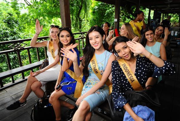 Những bộ trang phục khỏe khắn nhưng cũng không kém phần thời trang giúp các cô gái vô cùng nổi bật, thu hút nhiều sự chú ý của người dân khi vừa đặt chân đến khu vực động Thiên Đường.
