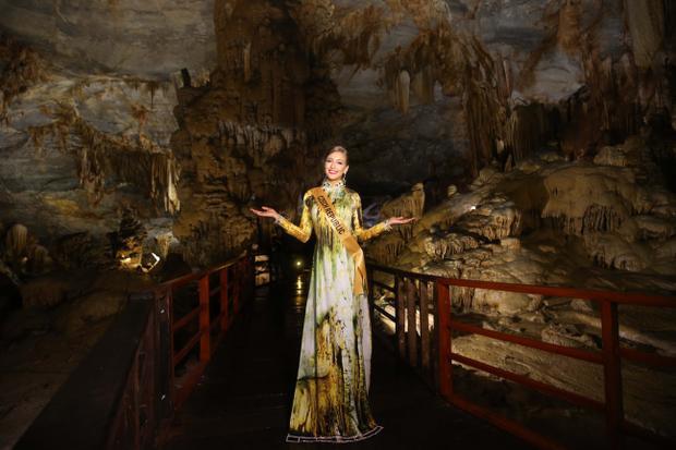 Hoa hậu Cộng hoà Czech xinh đẹp tạo dáng tại động Thiên Đường.