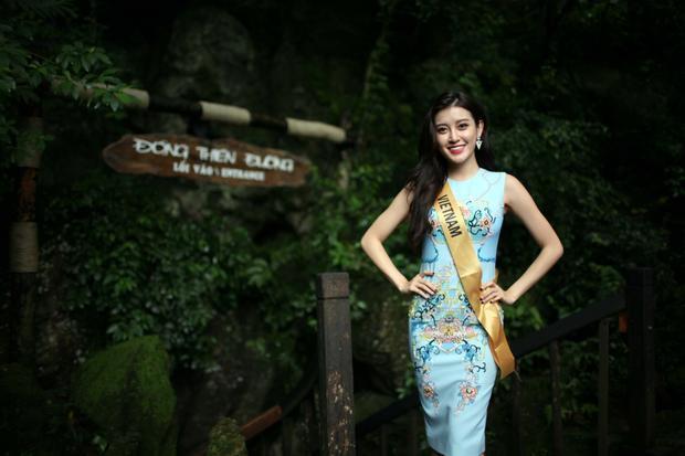 Đại diện nước chủ nhà - Nguyễn Trần Huyền My chọn cho mình chiếc đầm xanh da trời nhẹ nhàng, duyên dáng. Á hậu Việt Nam 2014 trở thành tâm điểm nhờ lối trang điểm tự nhiên, mái tóc dài được uốn nhẹ và nụ cười luôn nở trên môi.