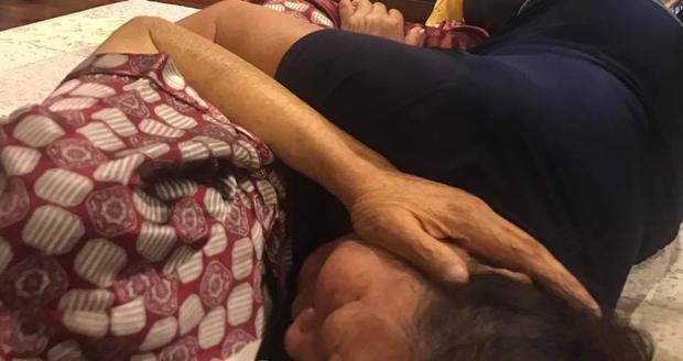 Giấc ngủ bình yên của thầy Cương là được ở bên vợ như mình như thế này, cho đến tận những giây phút cuối cùng của cuộc đời, thầy vẫn quàng tay, ôm lấy người bạn đời của mình.