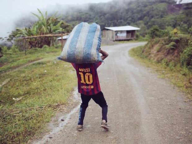 Hình ảnh ví von hài hước về vai trò của Messi. Cầu thủ hay nhất của Barcelona phải gánh trên vai cả đội tuyển quốc gia Argentina.