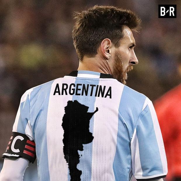 Sau lưng Messi là niềm hi vọng của cả quốc gia Argentina.