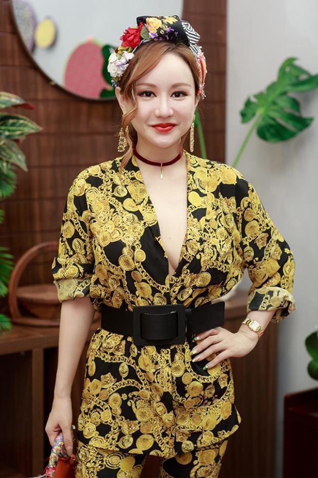 MC Việt Nga lại rực rỡ với bộ trang phục màu vàng.