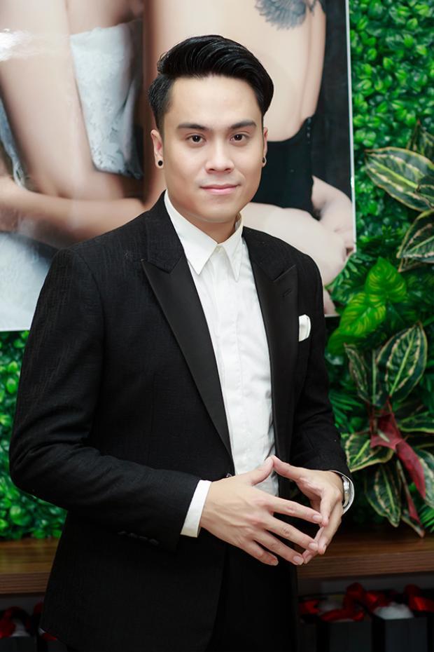 MC Thái Dũng diện vest lịch lãm.
