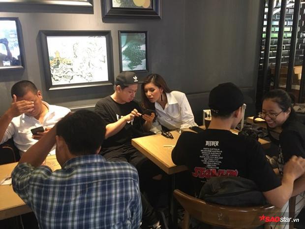 Siêu mẫu Minh Tú cũng có mặt tại một địa điểm khác. Theo như hình ảnh được ghi lại tại hiện trường, cô đang trao đổi nội dung cùng ê-kíp.