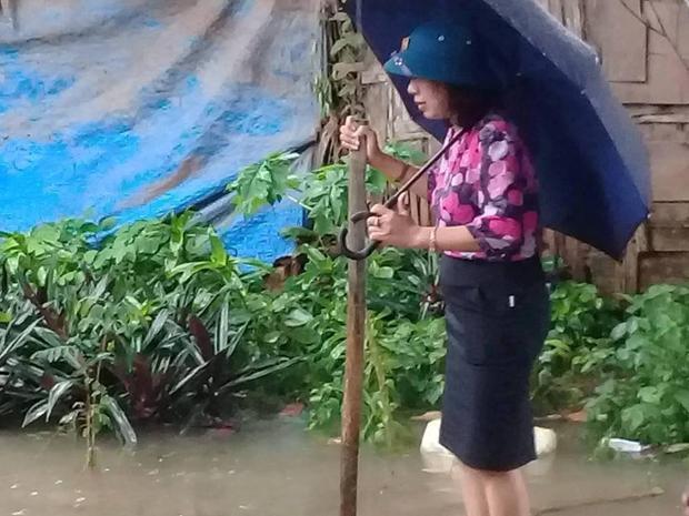 Bà Tâm cho biết, thời điểm đứng trên bè là lúc cùng mọi người thử độ an toàn của chiếc bè, thử xong bà đã cùng đoàn công tác lội nước đi kiểm tra.