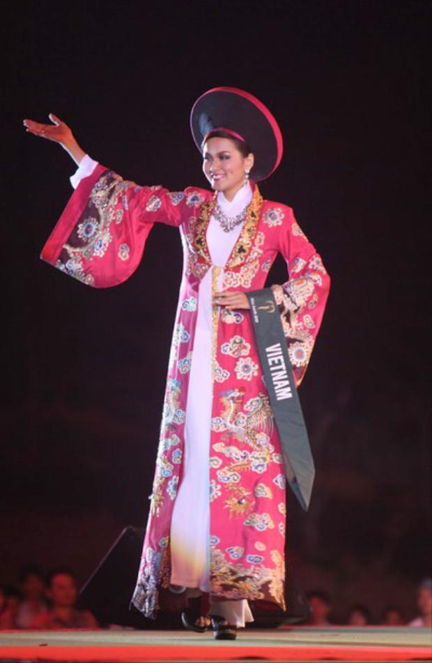 Bộ quốc phục nổi bật với hoa tiết rồng tượng trưng cho vua chúa thời xưa. Với lợi thế sân nhà dường như bộ Quốc phục đã thực sự gây ấn tượng mạnh với bạn bè quốc tế. Cuối cùng Diễm Hương lọt top 10 thí sinh trình diễn trang phục dân tộc đẹp nhất.
