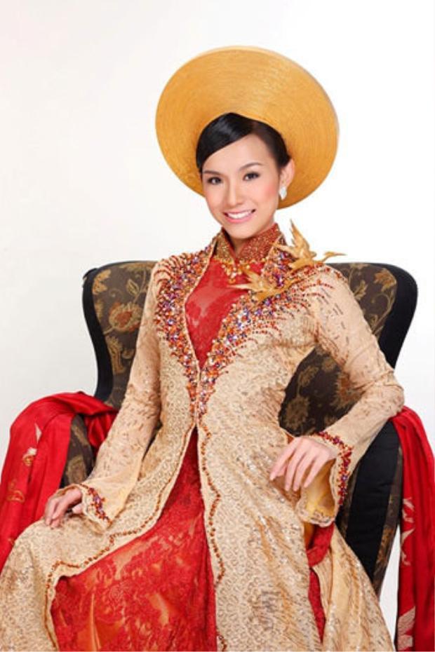 Quốc phục là tuyệt tác của NTK Thuận Việt mang bóng dáng hoàng hậu Nam Phương. Điểm nhấn của bộ Quốc phục là chiếc áo choàng quyền lực. Hoa hậu Thùy Lâm đã để lại nhiều ấn tượng với bạn bè thế giới về vẻ đẹp truyền thống của phụ nữ Việt.