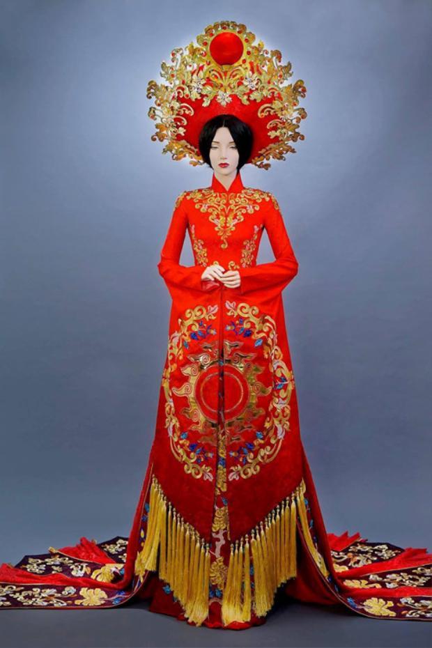 Mới đây nhất là bộ Quốc phục của Huyền My đại diện của Việt Nam tại Miss Grand International 2017 cũng vừa được hé lộ.Theo đó đại diện Việt Nam mặc áo dài đỏ, lấy ý tưởng từ hoa văn và nghệ thuật cung đình Huế.