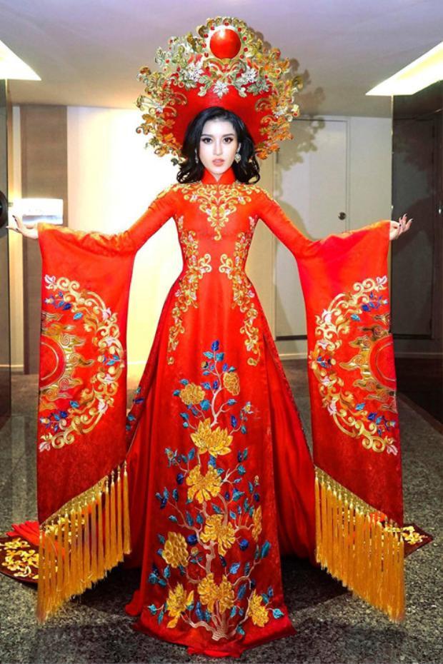 Áo dài vẫn giữ nguyên form dáng truyền thống nhưng đuôi áo được cách tân từ trang phục trong điệu múa Lục cúng hoa đăng của nhã nhạc cung đình Huế.Nhà thiết kế đã mất ba tháng để thực hiện bộ trang phục này.