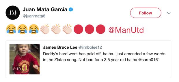 Juan Mata cũng giấu nổi sự phấn khích khi xem video của bé Rose