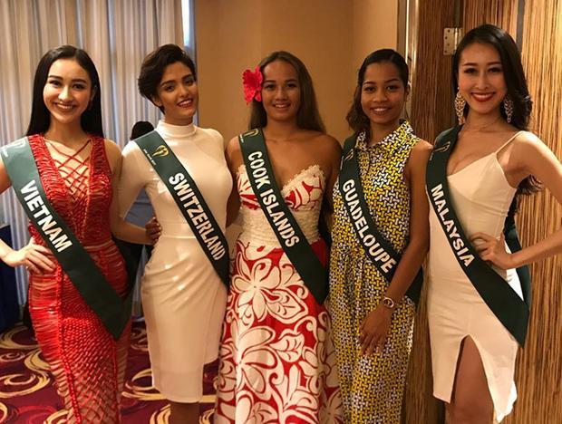 """Tuy nhiên, khi """"so kè"""" nhan sắc cùng dàn thí sinh tham dự Miss Earth, chiếc đầm đã giúp Hà Thu nổi bật hơn hẳn. Hiện tại, nhan sắc của đại diện Việt Nam được chú ý và đánh giá cao. Á hậu Đại dương đang lọt top 10 thí sinh được yêu thích nhất của Hoa hậu Trái đất 2017."""