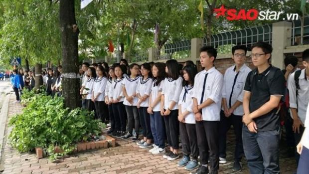 Học sinh xếp hàng dài, sẵn sàng đón chờ linh cữu đi qua.