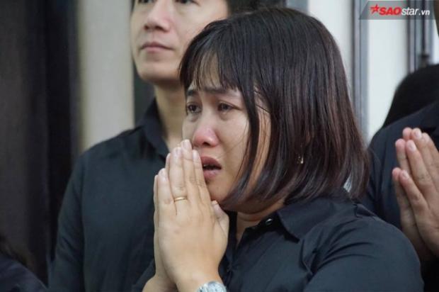 Nhiều người không cầm nổi nước mắt, khóc nức nở.
