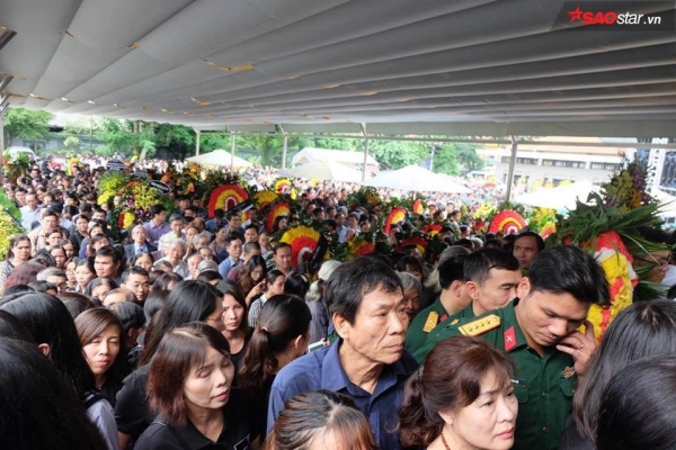 Đám tang mỗi lúc một đông.
