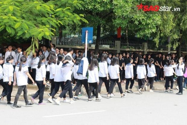 Khoảng hơn 13h30, nhiều phụ huynh, học sinh đã bắt đầu tập trung ở khu vực xung quanh trường. Lực lượng an ninh cũng có mặt để đảm bảo trật tự.